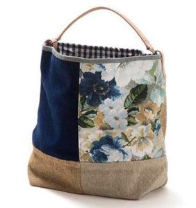 tote bag hitam dengan motif bunga